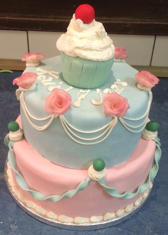 3 etage stapeltaart met cupcake